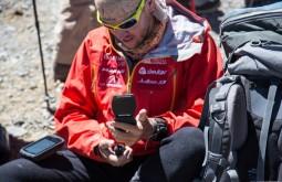 ACONCAGUA - Maximo Kausch mexendo no seu Garmin Monterra a 5300m 3 - Foto Gabriel Tarso