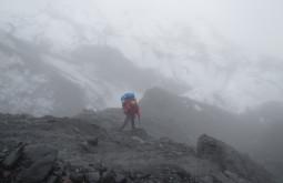 Ascendendo o Chaupi Orko no meio da neblina