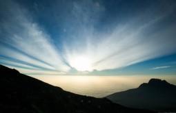 KILI - Amanhecer desde 5500m no dia de cume - Foto Gabriel Tarso