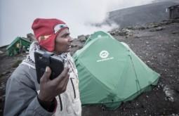 KILI - Chacha, nosso cozinheiro com seu celular em karanga a 4100m - Foto Gabriel Tarso