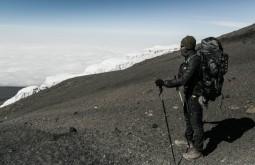 KILI - Gabriel Tarso e sua Deuter a 5850, muito próximo ao cume. Observando os glaciares do cume - Foto Gabriel Tarso