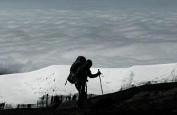 KILI - Gabriel Tarso na borda do cume 1 - Foto Gabriel Tarso