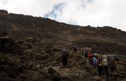 KILI - Grande equipe subindo para Barafu, último acampamento - Foto Gabriel Tarso