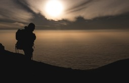 KILI - Maximo durante o amanhecer no dia de cume do Kili, mar de nuvens abaixo - Foto Gabriel Tarso