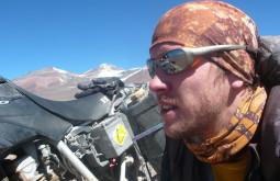 Maximo e sua moto no Nevado Ermitaño, Chile