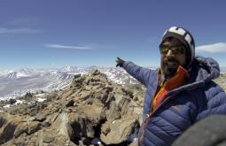 Pedro Hauck no cume do Sierra Nevada com 6137m, esta foi a segunda ascensão da história - aqui ele mostra outros cumes que só podem ser vistos dali - Foto de Jovani Blume
