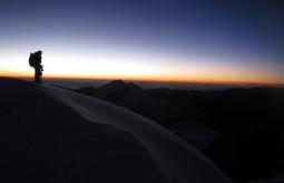 Pedro contemplando o amanhecer no Chaupi Orko
