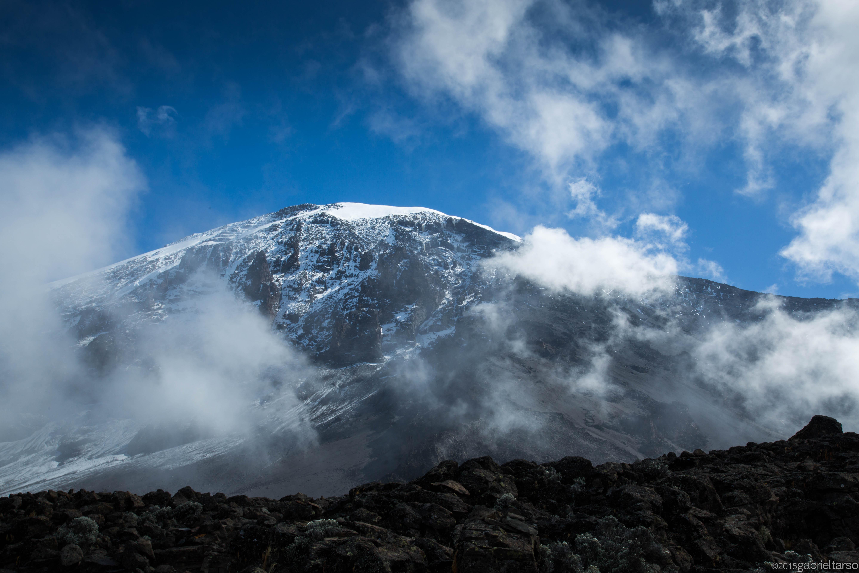 Parede sul do Kili com complexos glaciares, vistos do acampamento Barranco a 3900m