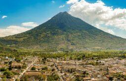 Vista da cidade de Antigua, Guatemala  com  Volcan de Agua atrás