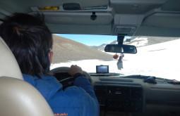 Pedro Hauck dirigindo em condições ruins de neve