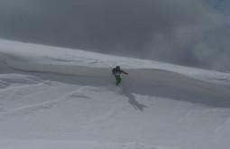 Pulando uma cornisa a caminho do Vulcão Parofes, a ex-maior montanha virgem dos Andes - Foto de Maximo Kausch