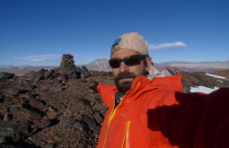 Pedro mostrando Apacheta em montanha virgem de 5000 metros de altitude