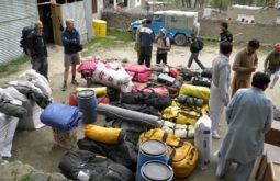 Preparando as cargas para uma expedição de 70 dias no Paquistão - Foto de Maximo Kausch