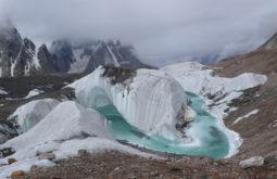 Rios de derretimento sobre o glaciar Baltoro, Paquistão - Foto de Maximo Kausch