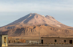 Vista_del_volcán_de_Ollagüe_desde_Ollagüe,_Chile,_2016-02-09,_DD_79